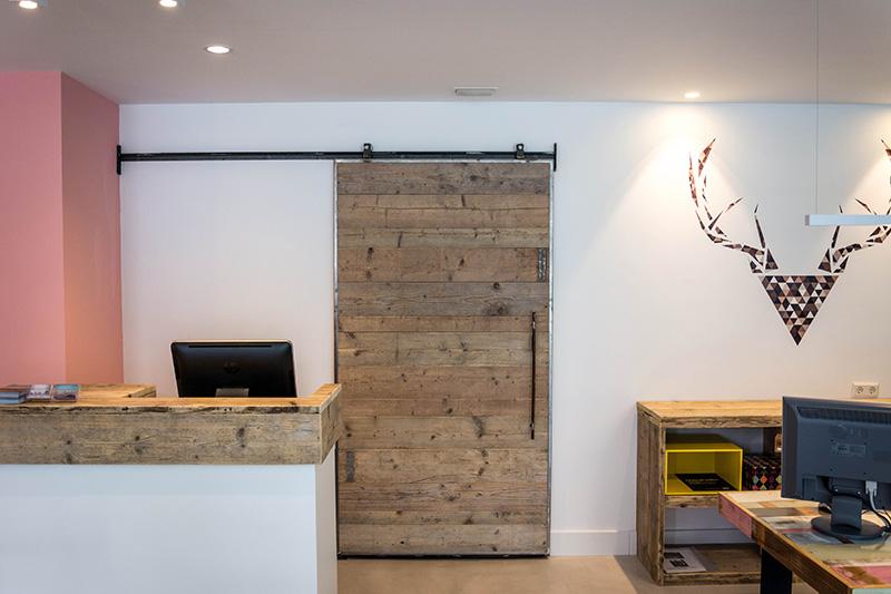 Incluso la puerta corredera es hecha a medida con maderas recicladas. Disfrutamos de la combinación entre nórdico, moderno, vintage y rústico, y en nuestro Showroom se ve lo bien que combinan unos con otros.