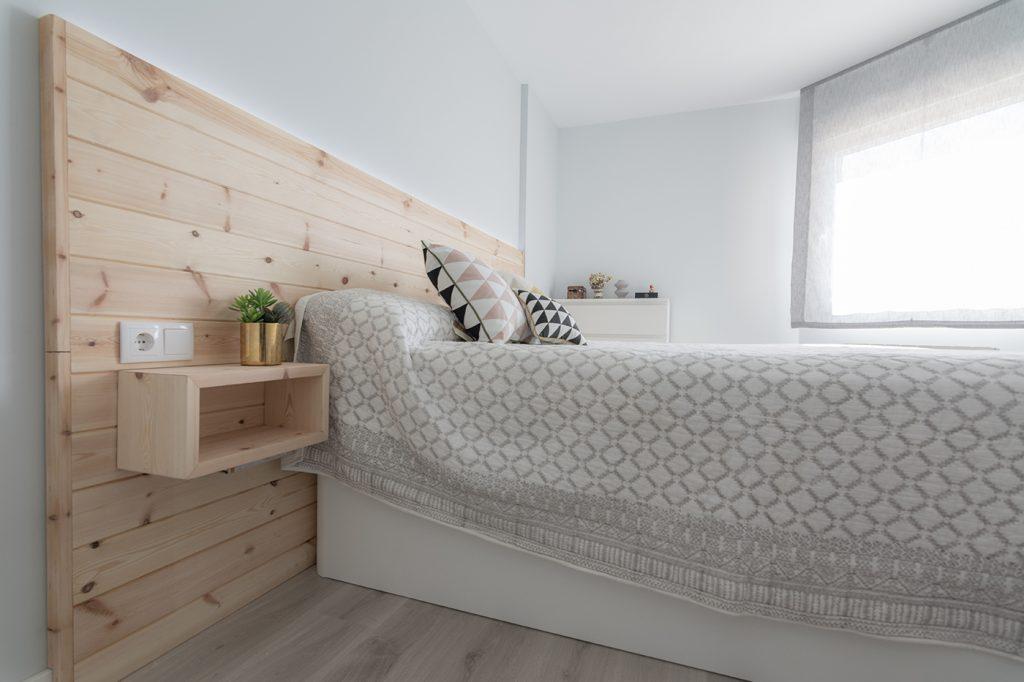 Proyecto, reforma, habitación, cabecero madera, pino, diseño nórdico, interiorismo, Arze, Alicante
